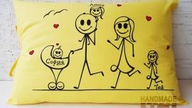 """Рисувана калъфка за възглавница """"Семейство тичащи"""""""